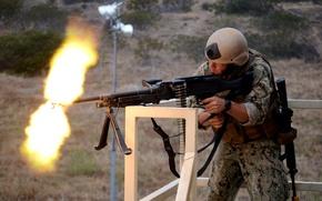 Картинка огонь, размытость, солдат, стрельба, экипировка, полигон, стрельбища, ленточный пулемёт M240B