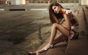 Картинка лето, взгляд, девушка, city, поза, настроение, узоры, милая, улица, модель, портрет, серьги, платье, ступеньки, шатенка, ...