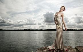 Обои вода, цветы, поза, озеро, стиль, модель, розы, фигура, платье, Esseri Holmes
