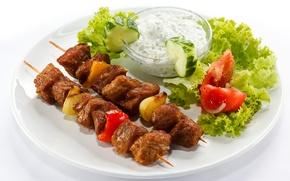 Обои лук, тарелка, мясо, перец, помидоры, соус, шашлык, огурцы, салат