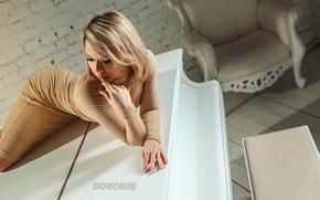 Картинка комната, рояль, стена, фигура, photographer, девушка, лежит.прическа, кресло, платье, поза, блондинка, белый, кирпич, макияж, Denis ...