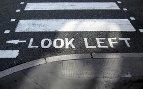 Обои Указатель, Слово, Тротуар, Надпись, Краска, Полосы, Посмотрите налево, Look Left, Дорога, Переход, Стрелочка, Слова