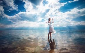 Картинка небо, девушка, облака, отражение, в воде