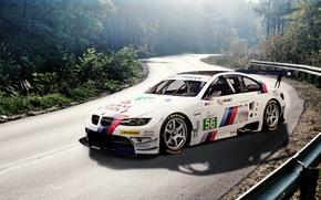 Картинка дорога, лес, белый, бмв, BMW, white, E92, наклейки, деколи, лейблы, race car