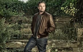 Картинка джинсы, куртка, фотограф, лестница, развалины, актер, ступени, кусты, фотосессия, Леонардо ДиКаприо, Leonardo DiCaprio, Wired, Dan …