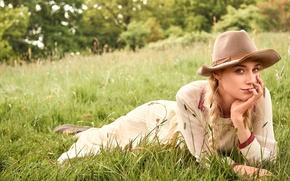 Картинка модель, шляпа, платье, актриса, блондинка, фотограф, лежит, лужайка, фотосессия, на траве, на природе, косы, Vogue, ...