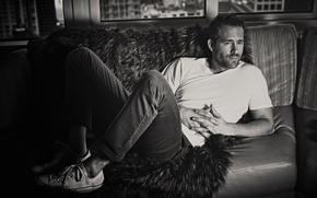 Картинка черно-белое, кеды, футболка, мех, на диване, Deadpool, фото, Дэдпул, лежит, Райан Рейнольдс, Ryan Reynolds, актер, ...
