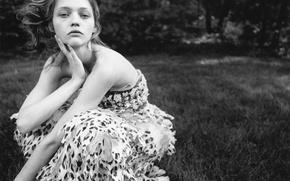 Картинка трава, деревья, природа, платье, блондинка, черно-белое, русская модель, Саша Пивоварова