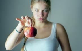 Обои взгляд, девушка, яблоко