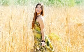 Картинка поле, глаза, взгляд, листья, девушка, украшения, природа, улыбка, фон, ситуации, растение, макияж, платье, широкоформатные, полноэкранные, ...