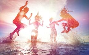 Картинка море, пляж, лето, небо, пена, вода, солнце, свет, радость, брызги, люди, девушки, океан, прыжок, отдых, ...