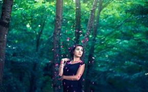 Картинка лес, девушка, макияж, лепестки, россыпь