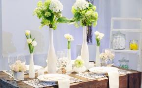Картинка цветы, белое, бокалы, тюльпаны, вазы, сервировка