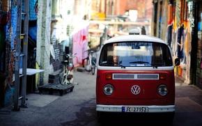 Обои красный, яркий, город, улица, граффити, volkswagen, фургон, узкая