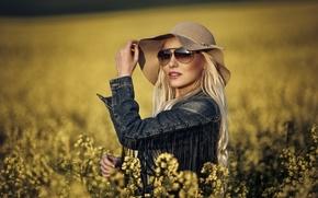 Картинка поле, стиль, модель, шляпа, очки, джинсовка, рапс