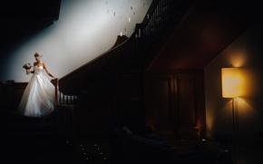 Картинка лампа, букет, блондинка, лестница, корсет, невеста, белое платье