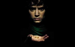 Обои взгляд, фон, черный, рука, кольцо, фэнтези, актер, Фродо, хоббит, испуганный, the lord of the rings, ...