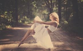 Картинка дорога, лес, девушка, блондинка, левитация