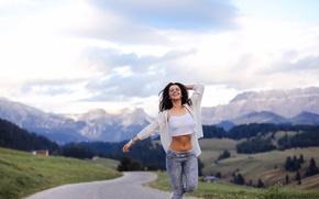 Картинка девушка, счастье, горы, милая, одежда, смех, руки, долина, брюнетка, дорожка, веселье, beauty, походка, возвышенности, Aurela …