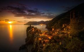 Картинка море, закат, горы, огни, скалы, башня, дома, вечер, Италия, Вернацца