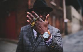 Картинка улица, часы, рука, кольца, шляпа, очки, губы, угол, мужчина, пальцы, борода, пальто, боке, городской