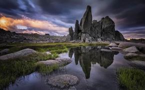 Картинка небо, трава, вода, облака, отражения, камни, скалы, Австралия, Новый Южный Уэльс, национальный парк Косцюшко