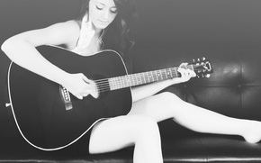 Картинка фон, диван, гитара, черно белый, Девушка, брюнетка, woman, gitar
