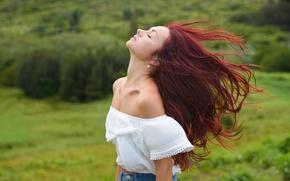 Картинка девушка, лицо, фон, ветер, волосы