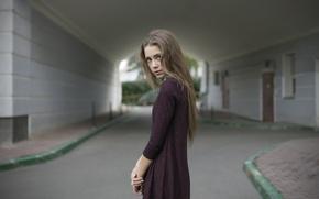 Картинка взгляд, девушка, дом, милая, улица, модель, одежда, портрет, платье, шатенка, симпатичная, beauty, проулок, длинноволосая, сиреневое, …