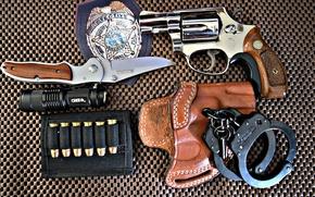 Обои оружие, значок, нож, фонарик, наручники, colt