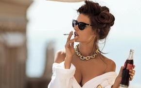 Картинка грудь, секси, модель, бутылка, брюнетка, очки, прическа, сигарета, Alessandra Ambrosio, Алессандра Амброзио, халат, фотосессия, кока-кола, ...