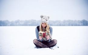 Картинка зима, девушка, шапка, блондинка, читает