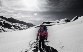 Обои горы, снег, зима, улыбка, лыжник, экстремальный спорт, трасса, тень, солнце