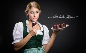 Картинка девушка, тарелка, блондинка, униформа, пирожные