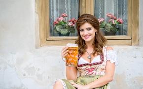 Картинка девушка, украшения, улыбка, дом, стена, пиво, окно, кружка, шатенка, локоны, герань