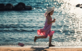 Картинка берег, бег, прибой, девочка, кораблик