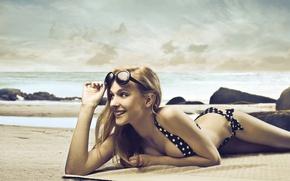 Обои девушка, улыбка, очки, купальник, пляж