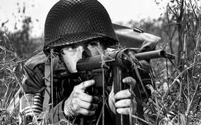 Обои оружие, сетка, солдат, пистолет-пулемет, каска