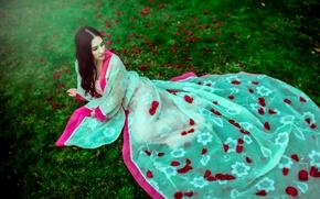 Обои трава, девушка, лепестки, платье