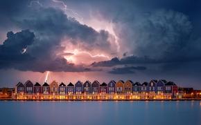 Картинка небо, вода, облака, огни, молния, дома, вечер