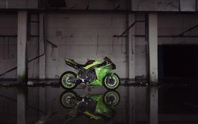 Картинка green, здание, мотоцикл, опоры, профиль, зеленая, yamaha, bike, ямаха, yzf-r1