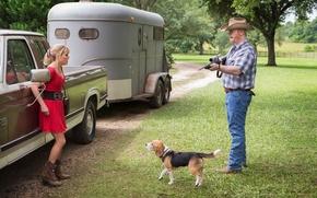 Картинка собака, кадр, рубашка, винтовка, фургон, Риз Уизерспун, Красотки в бегах, мужчина, в красном, машина, платье, ...