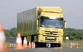 Картинка Mercedes, Yellow, Truck, Waving, Road Grip, Test Drive