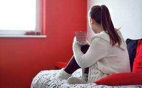 Картинка девушка, красный, уют, тепло, фон, widescreen, обои, чай, настроения, кровать, дома, подушки, брюнетка, кружка, чашка, …