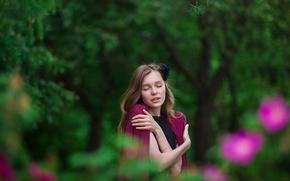 Картинка девушка, деревья, лицо, улыбка, наслаждение, green, милая, платье, relax, light, шатенка, красивая, nature, накидка, young, …