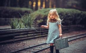 Картинка часы, девочка, чемодан, Young Travelers