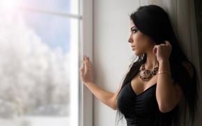 Обои взгляд, зима, брюнетка, красивая, девушка, длинноволосая, Marina, платье, модель, портрет, Марина Шимкович, окно, снег, Антон ...