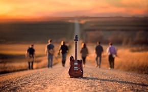 Картинка дорога, гитара, музыканты