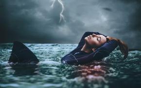 Картинка девушка, шторм, стихия, молния, в воде, Amy Spanos, In too deep