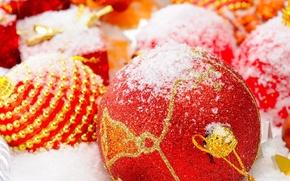 Обои красный, праздник, снег, украшения, золото, цвета, тесьма, бисинки, елочный игрушки, шары